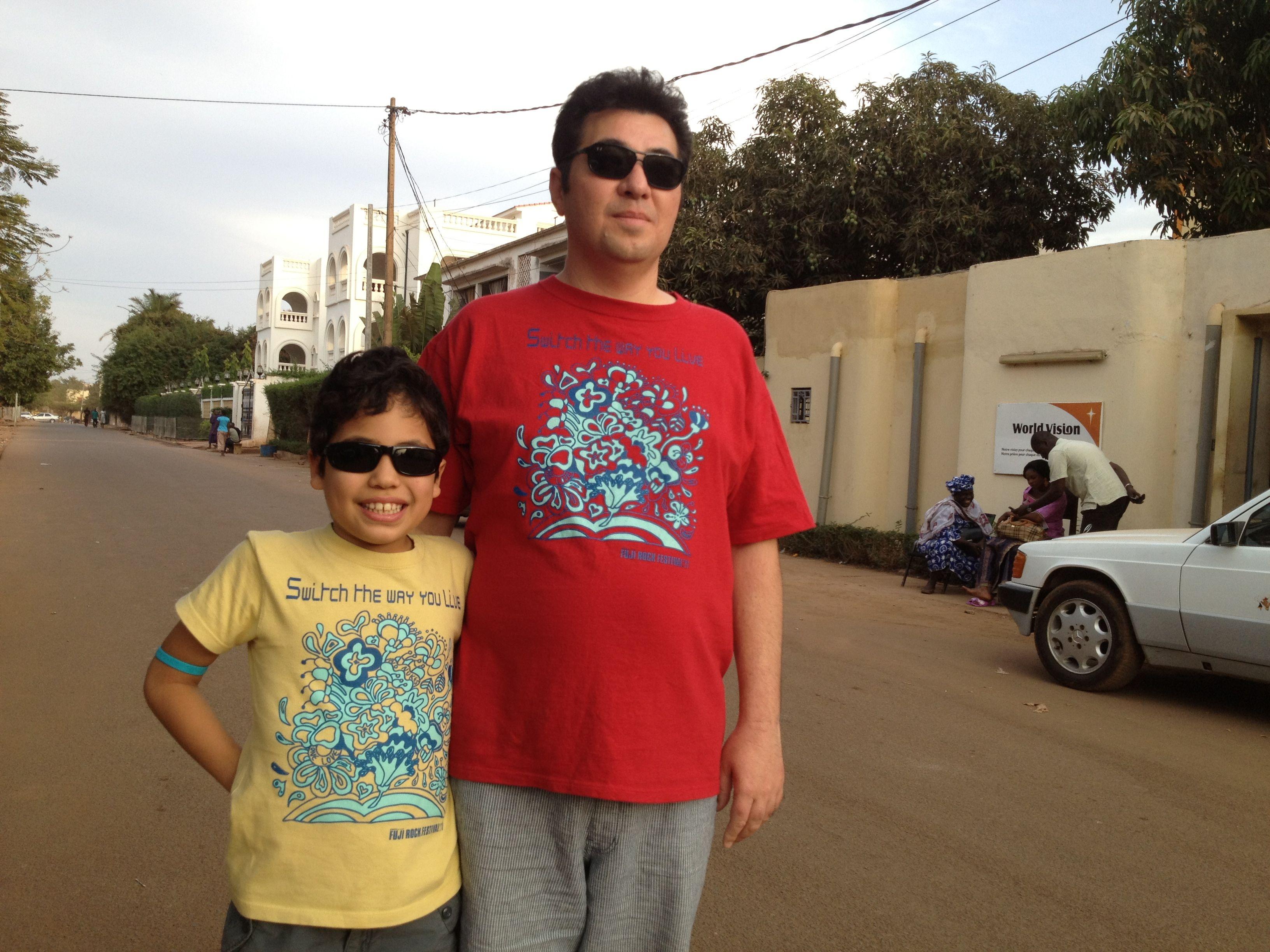 息子さん(9歳)と父。旅先にて(写真:鈴木さんご提供)